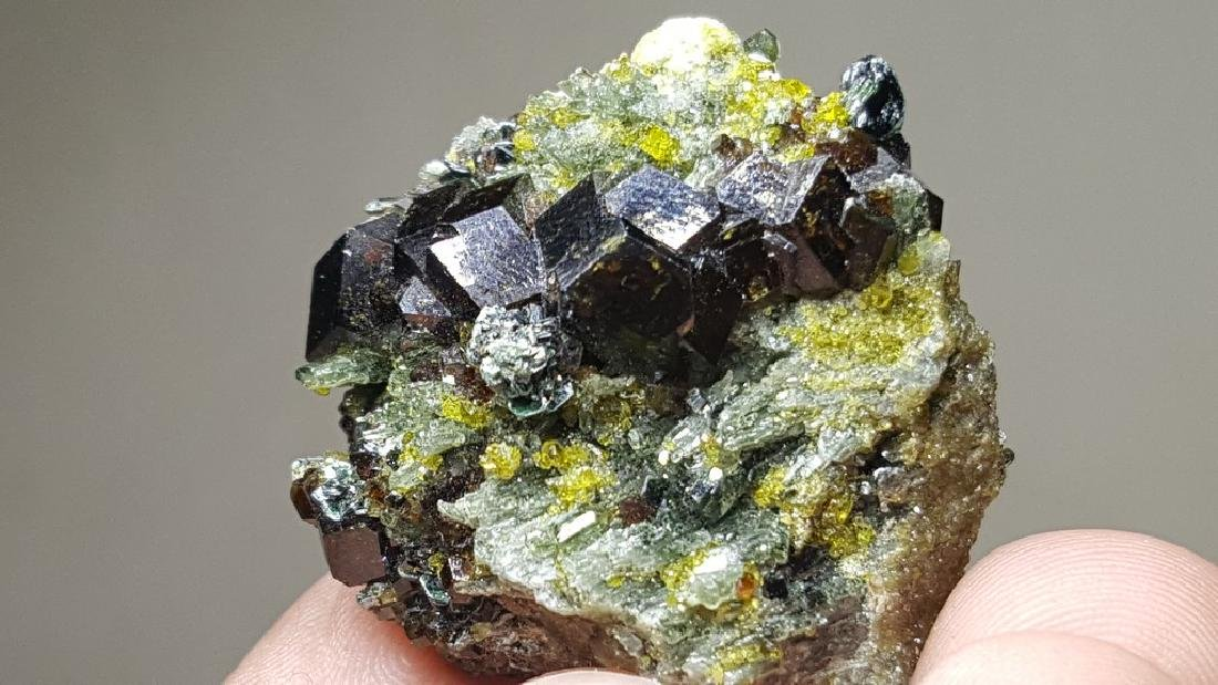 17 GRAMS MAGNETITE & EPIDOTE  CLUSTER ON A MOTHER ROCK - 3