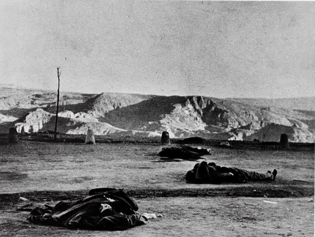 ROBERT CAPA - Loyalist corpses after battle of Teruel