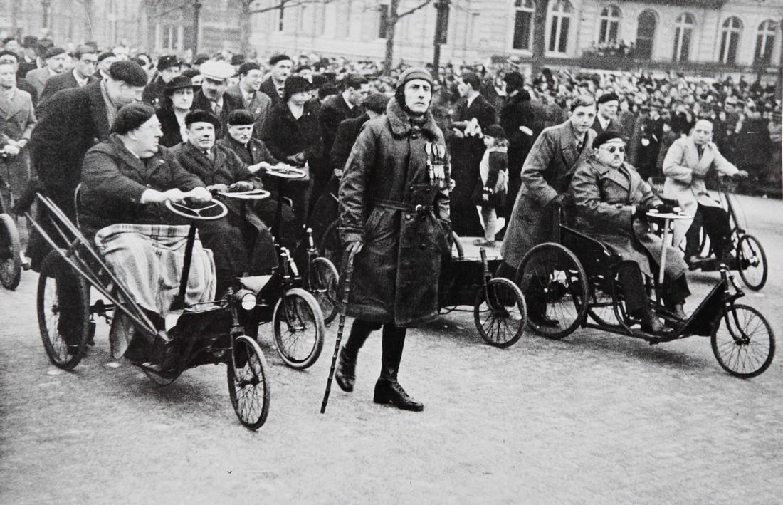 ROBERT CAPA - Paris, World war one veterans parades