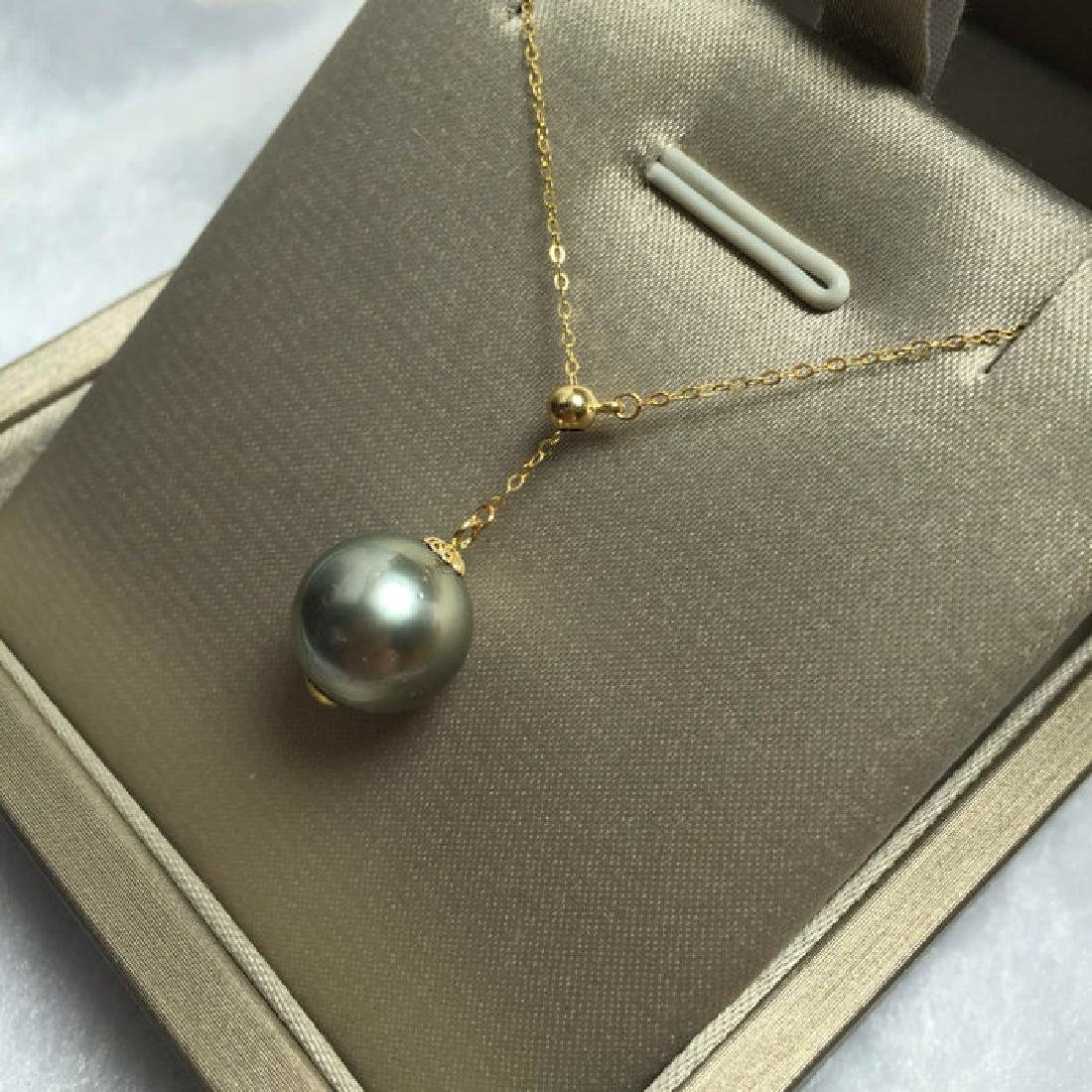 South Sea, Black Pearl 18K gold necklace. Pearl