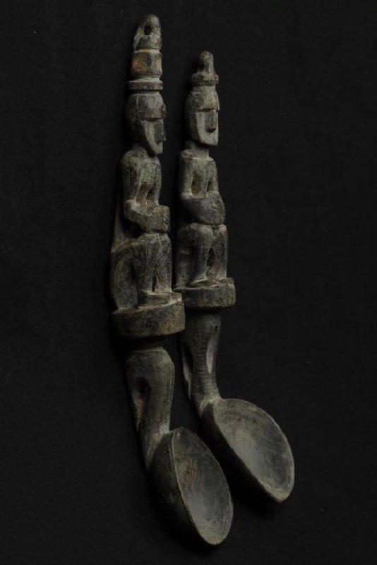 Pair of horn spoons carved as ancestors - 3