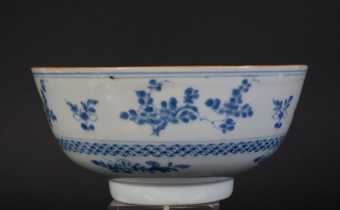 A very nice antique Chinese blue and white bowl - 4