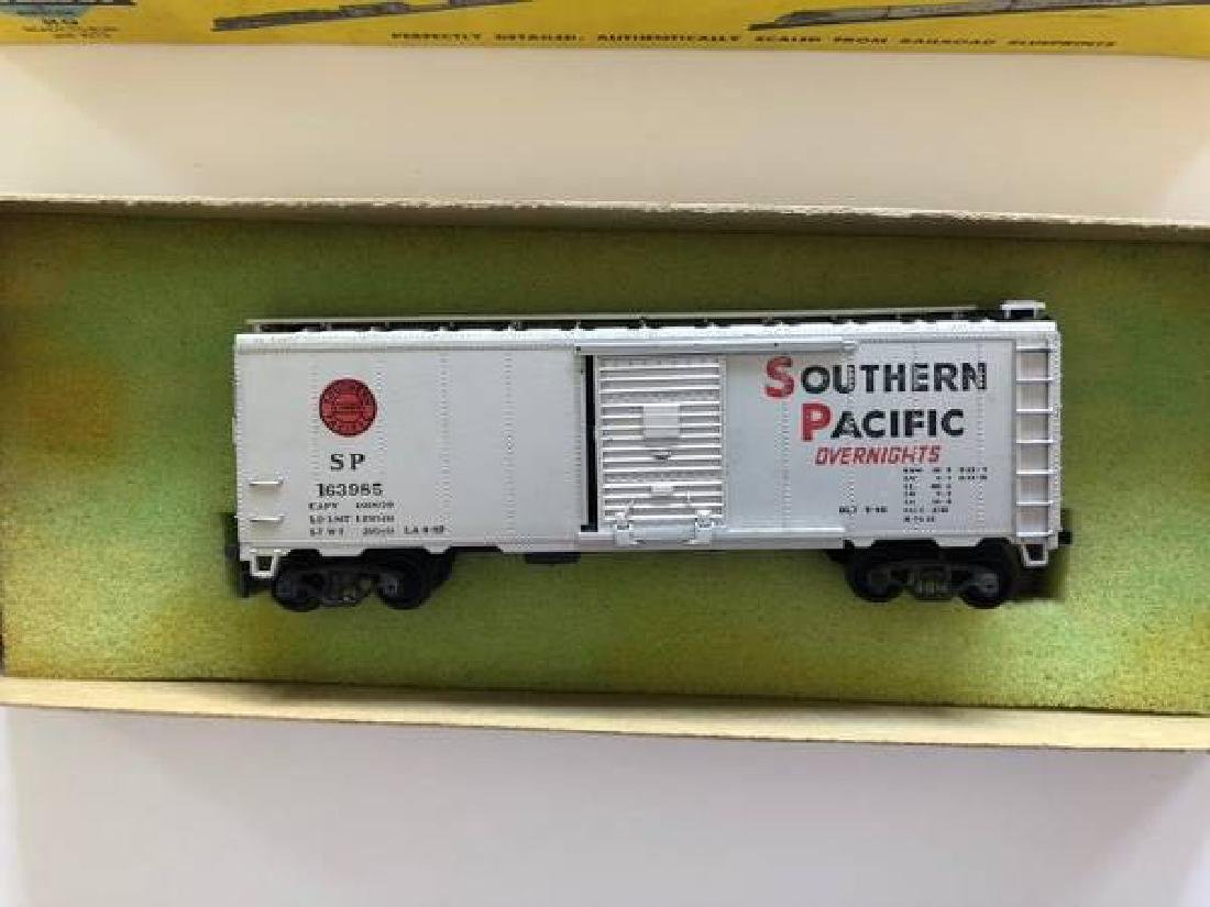 VINTAGE LOT OF HO SCALE ITEMS - 6
