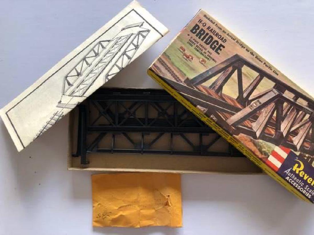 VINTAGE LOT OF HO SCALE ITEMS - 8