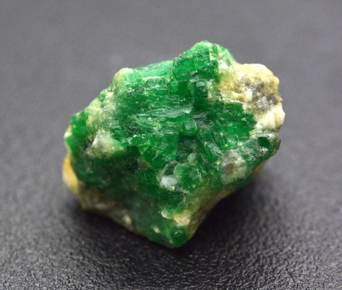 35 Carats Beautiful Emerald Specimen - 3
