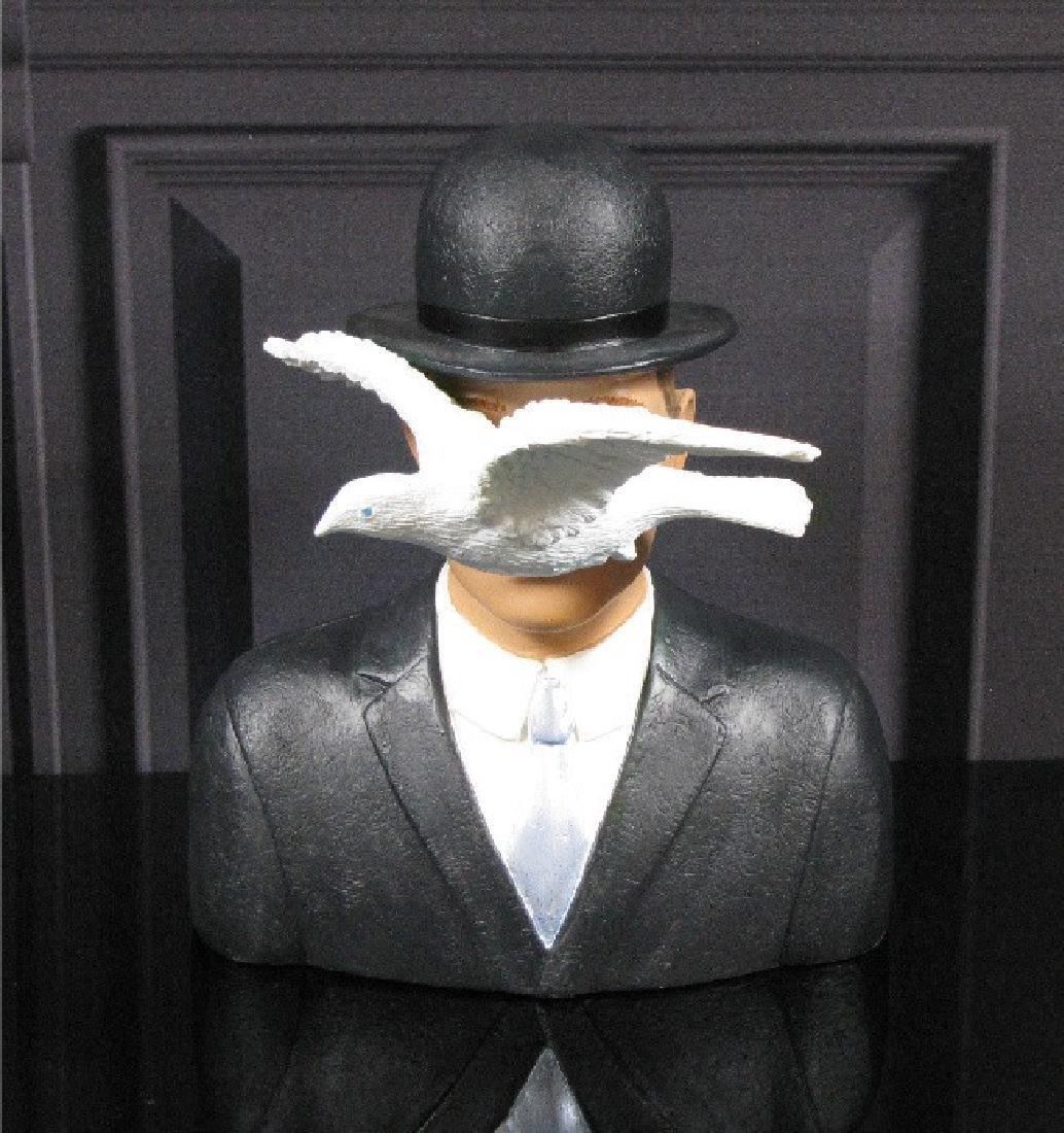 After René Magritte: L'homme au chapeau melon statue