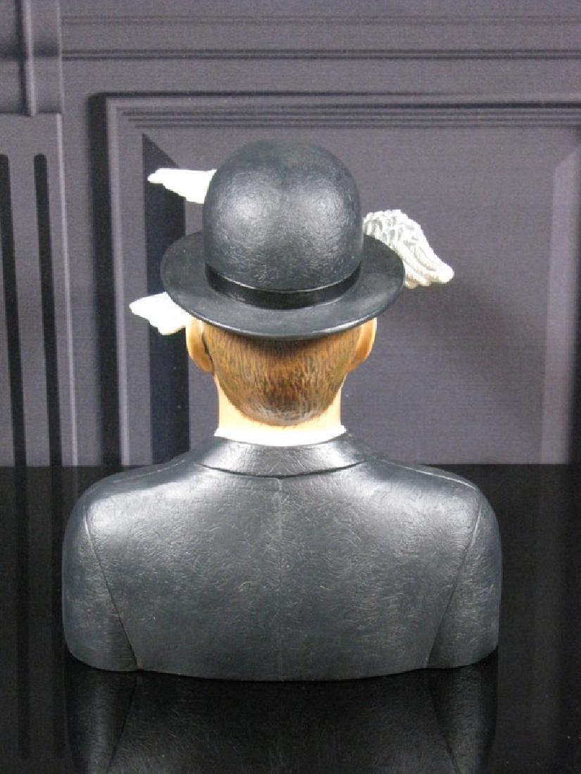 After René Magritte: L'homme au chapeau melon statue - 2