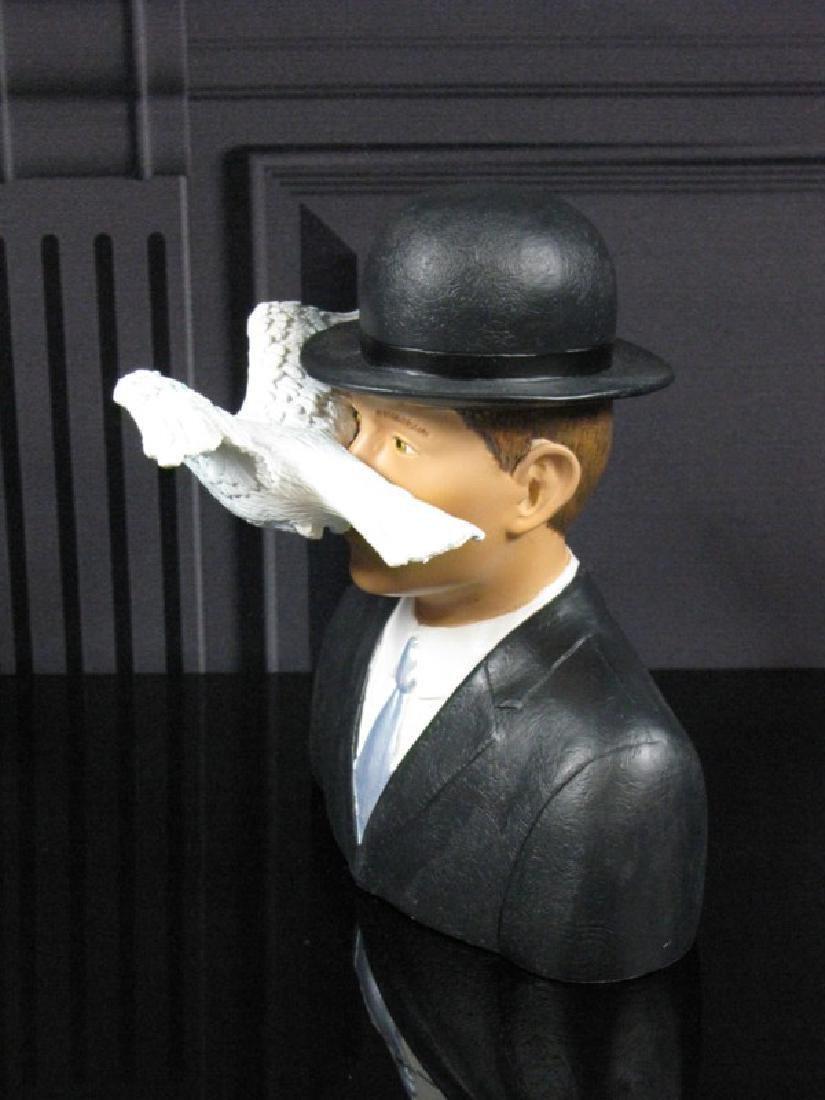 After René Magritte: L'homme au chapeau melon statue - 3