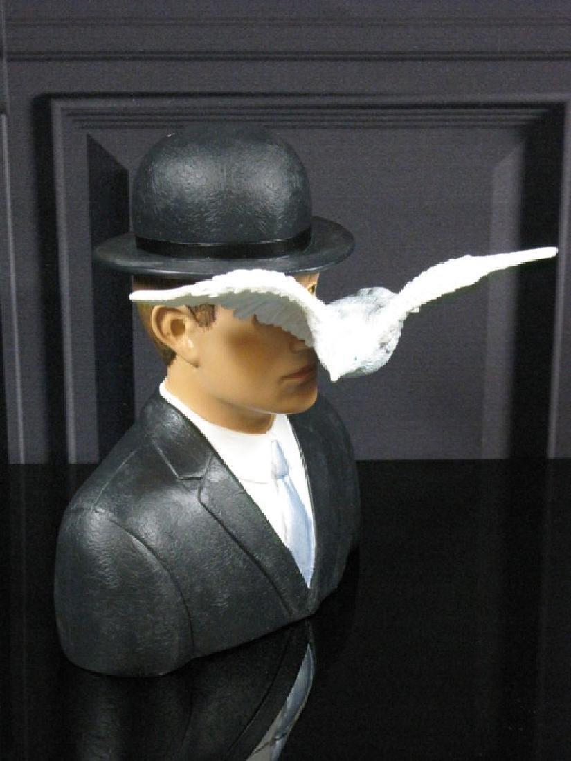 After René Magritte: L'homme au chapeau melon statue - 4