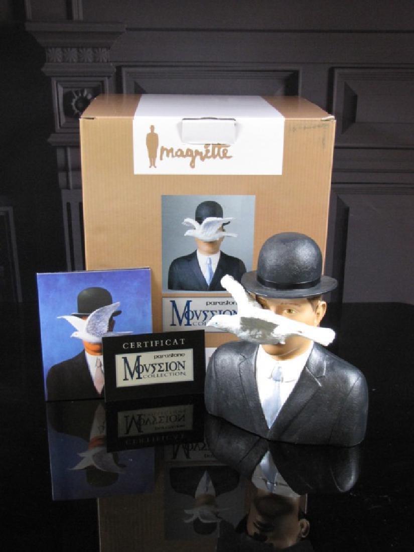 After René Magritte: L'homme au chapeau melon statue - 5