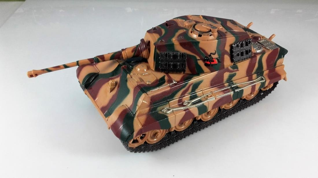 New Ray 1:32 German King Tiger Tank battery operated