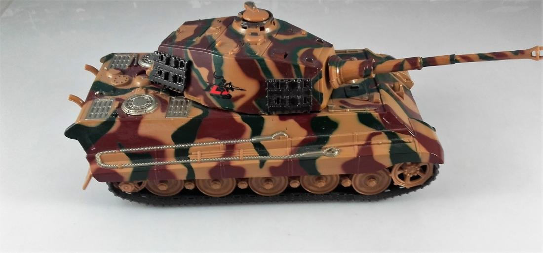 New Ray 1:32 German King Tiger Tank battery operated - 2