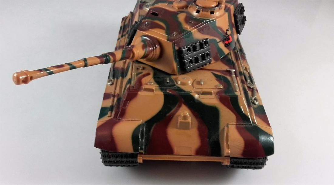 New Ray 1:32 German King Tiger Tank battery operated - 3