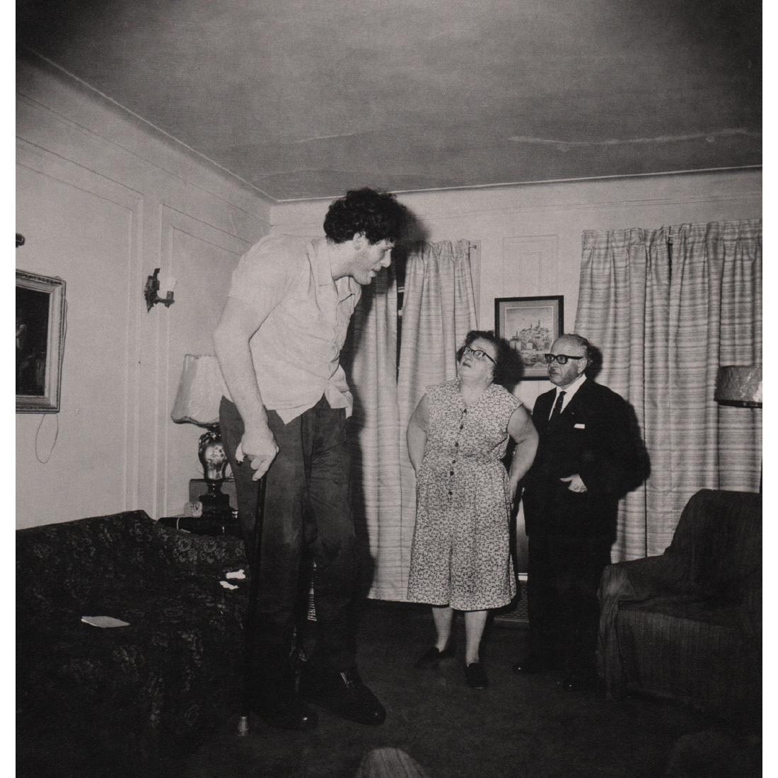 DIANE ARBUS - Jewish Giant with his Parents