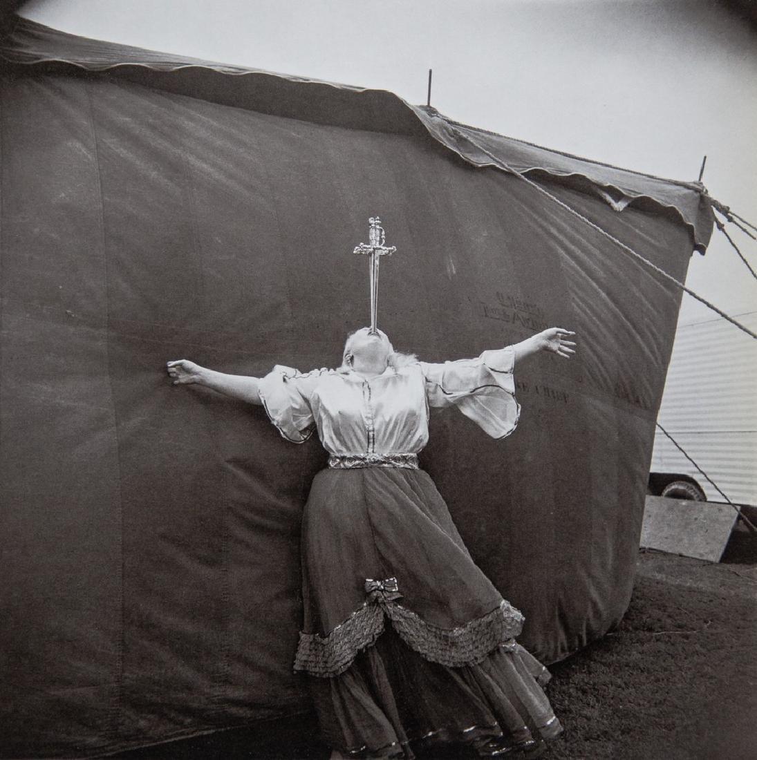 DIANE ARBUS - Albino Sword Swallower, 1970