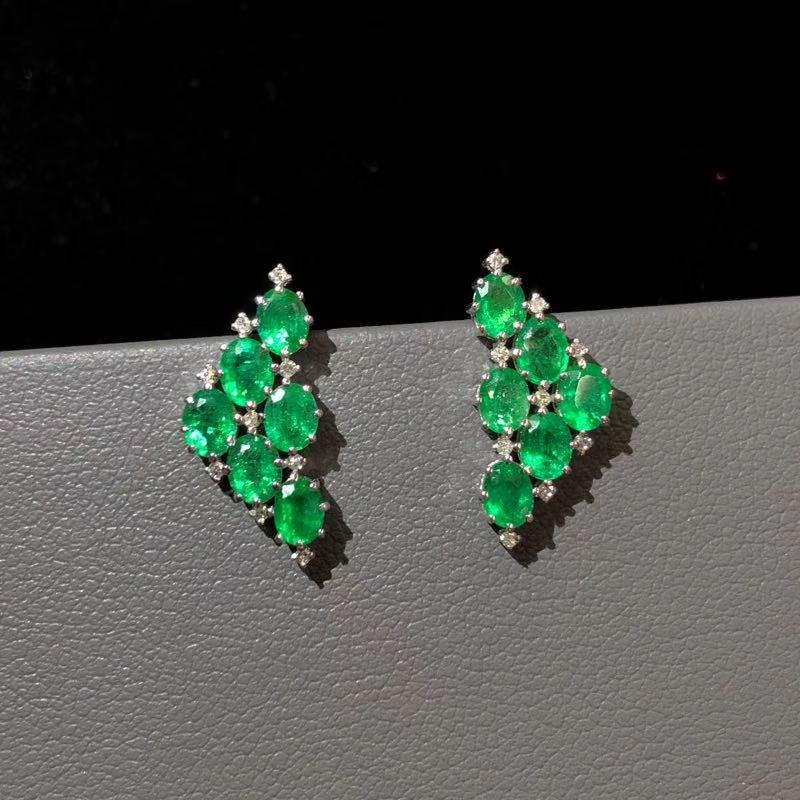 18k Pair of emerald earrings