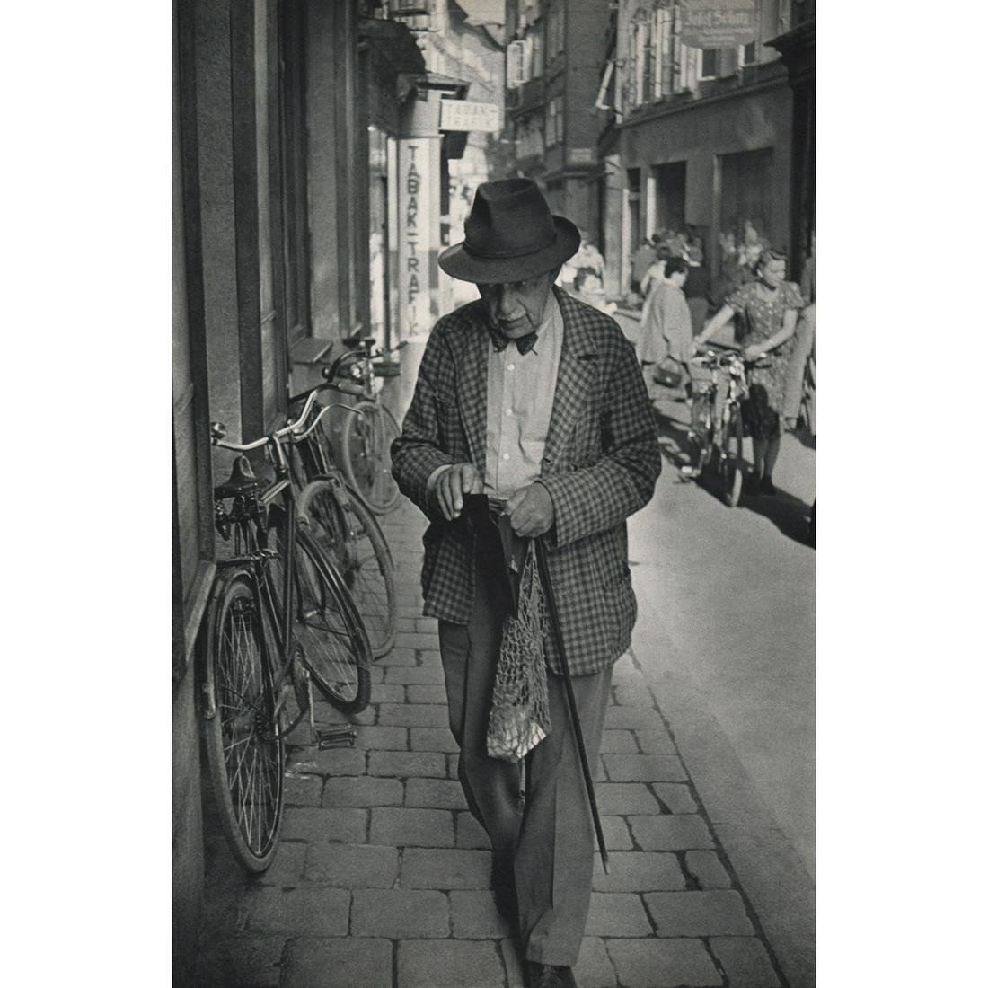 HENRI CARTIER-BRESSON - In the Getreidegasse, Salzburg