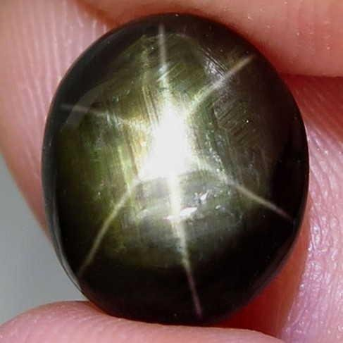 Natural Black Star Sapphire 6 Rays Star 6,19 ct
