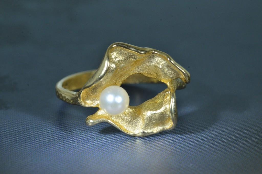 Signed Brutalist Retro 14 Karat Yellow Gold Pearl Ring