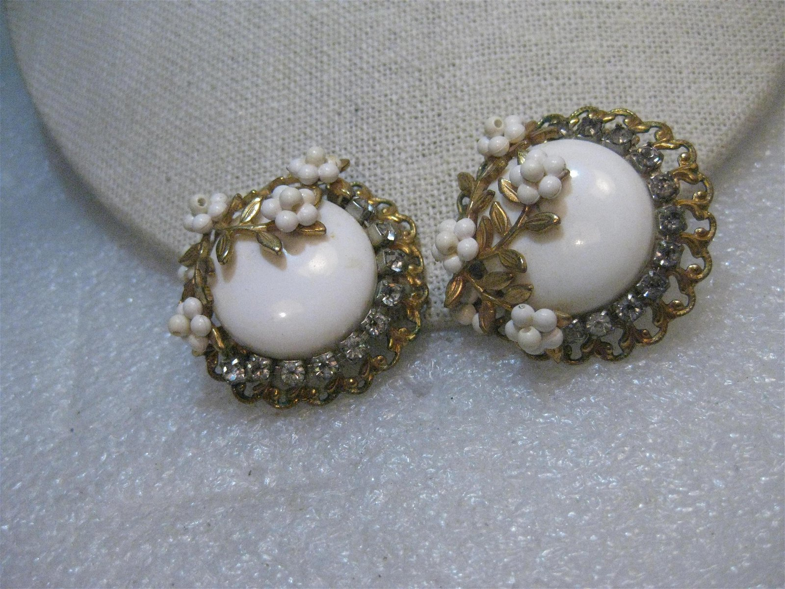 Vintage from the 1940s  Materials  gold tone metal,