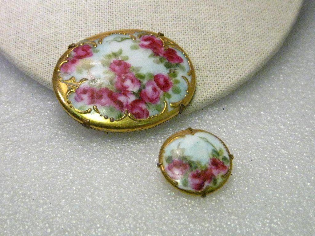 True Victorian Pair of Hand Painted Gold Trimmed Rose