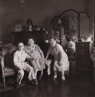 DIANE ARBUS - Russian midget friends in a living room