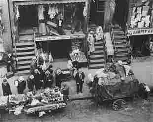 BERENICE ABBOTT-  Peddlers, Hester Street