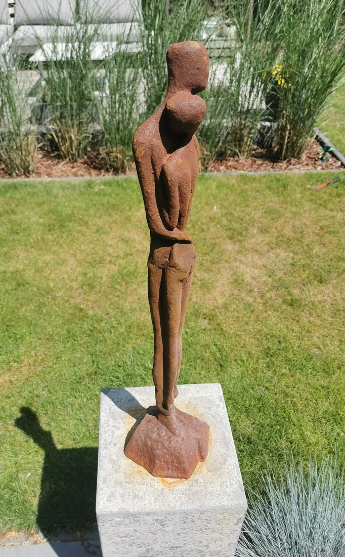 Garden sculpture - Embracing couple