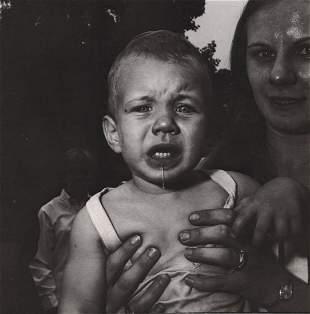 DIANE ARBUS - Mother holding her child, NJ, 1967