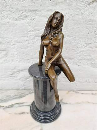 Amazing detailled erotic sculpture of a woman Dancing