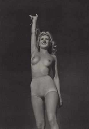 ROYE- Nude reaching