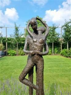 Bronze garden sculpture of a kissing couple - Abstract