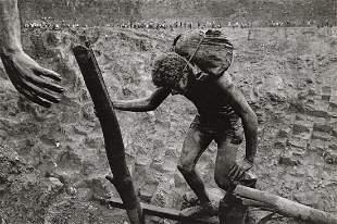 SEBASTIAO SALGADO - Transporting Dirt, Serra Pelada
