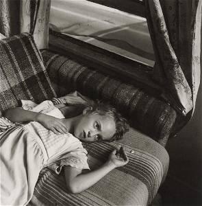 MARY ELLEN MARK - Carrie Lying On Sofa, Ohio, 1989
