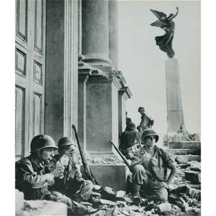 ROBERT CAPA - Soldiers in Italian town