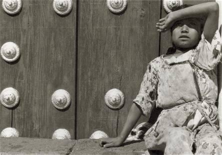 MANUEL ALVAREZ BRAVO - Girl Looking at Birds, 1931