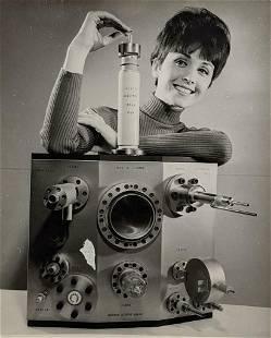 1965 VINTAGE PRESS PHOTO FEMALE JEAN MARIE w ELECTRONIC