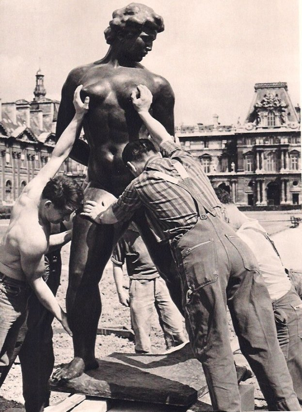 Robert Doisneau: Venus Manhandled, 1964