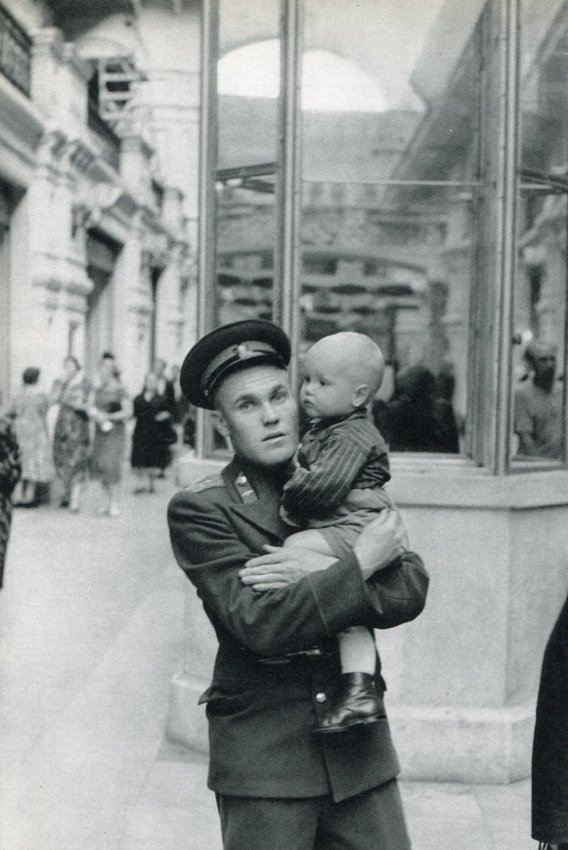 Cartier-Bresson: The Wife is Shopping, Moscow