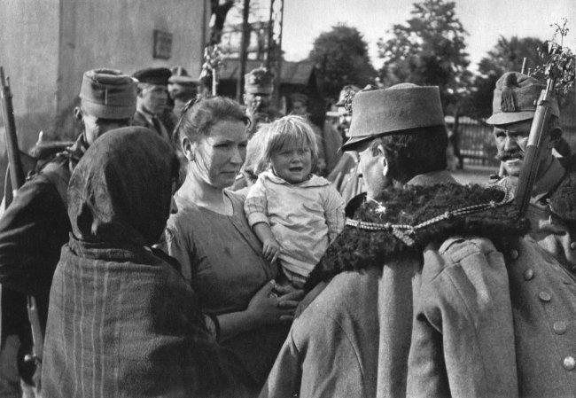 Andre Kertesz: Red Hussar, Budapest 1919