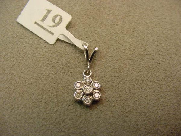 6019: 14K WHITE GOLD DIAMOND PENDANT