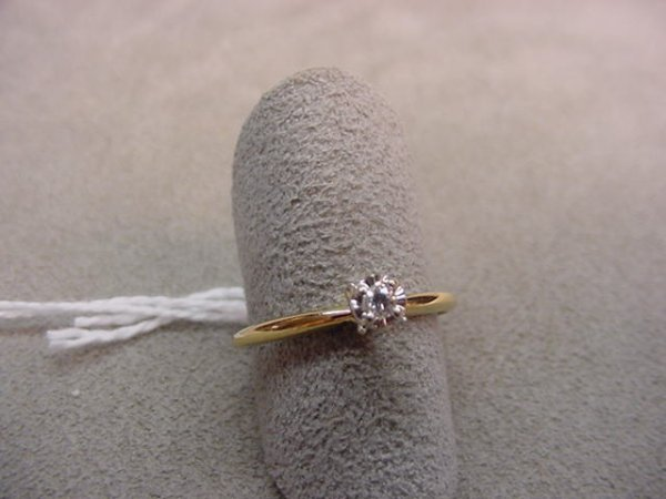 7096: 10K GOLD RING SET WITH ONE DIAMOND