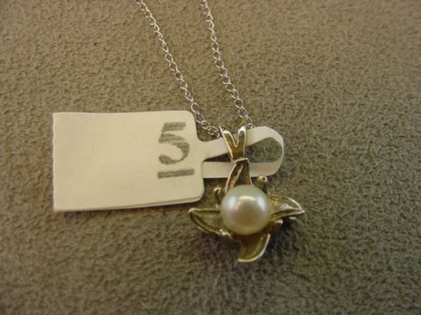 7005: 10K WHITE GOLD PEARL PENDANT ON CHAIN