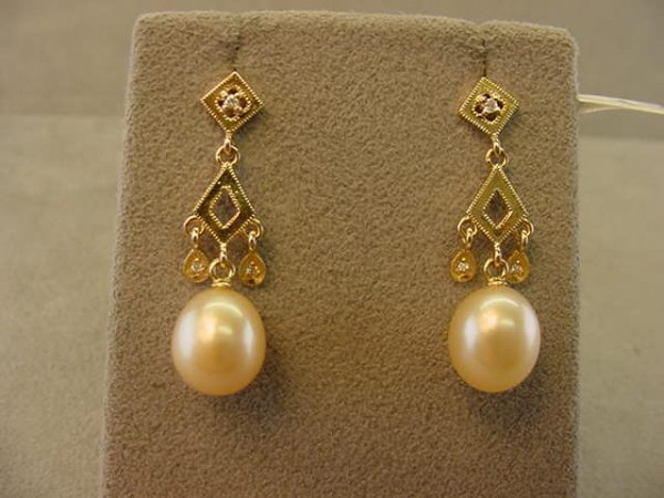 7011: 18K GOLD PEARL AND DIAMOND EARRINGS