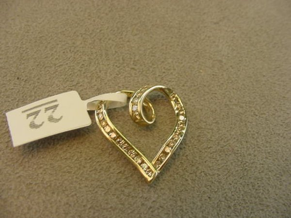 5022: 10K GOLD DIAMOND HEART PENDANT