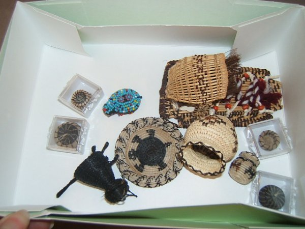 7116: 10 MINI NATIVE AMERICAN BEADED AND WOVEN ITEMS