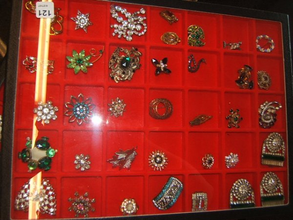 7121: TRAY OF COSTUME JEWELRY