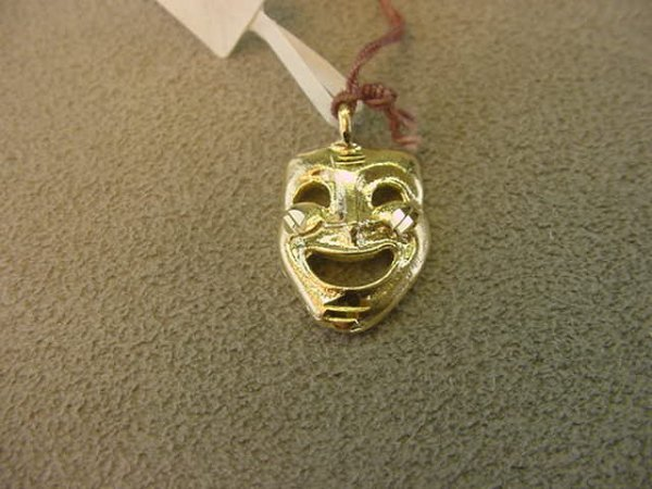 8009: 1 14K GOLD THEATER MASK PENDANT 3/4 X 1/2 INCH