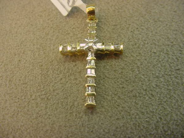 9016: 14K GOLD DIAMOND CROSS PENDANT