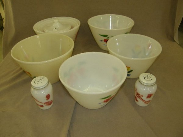 3235: 4 LARGE FIRE KING BOWLS, NESTING SET AND SHAKERS